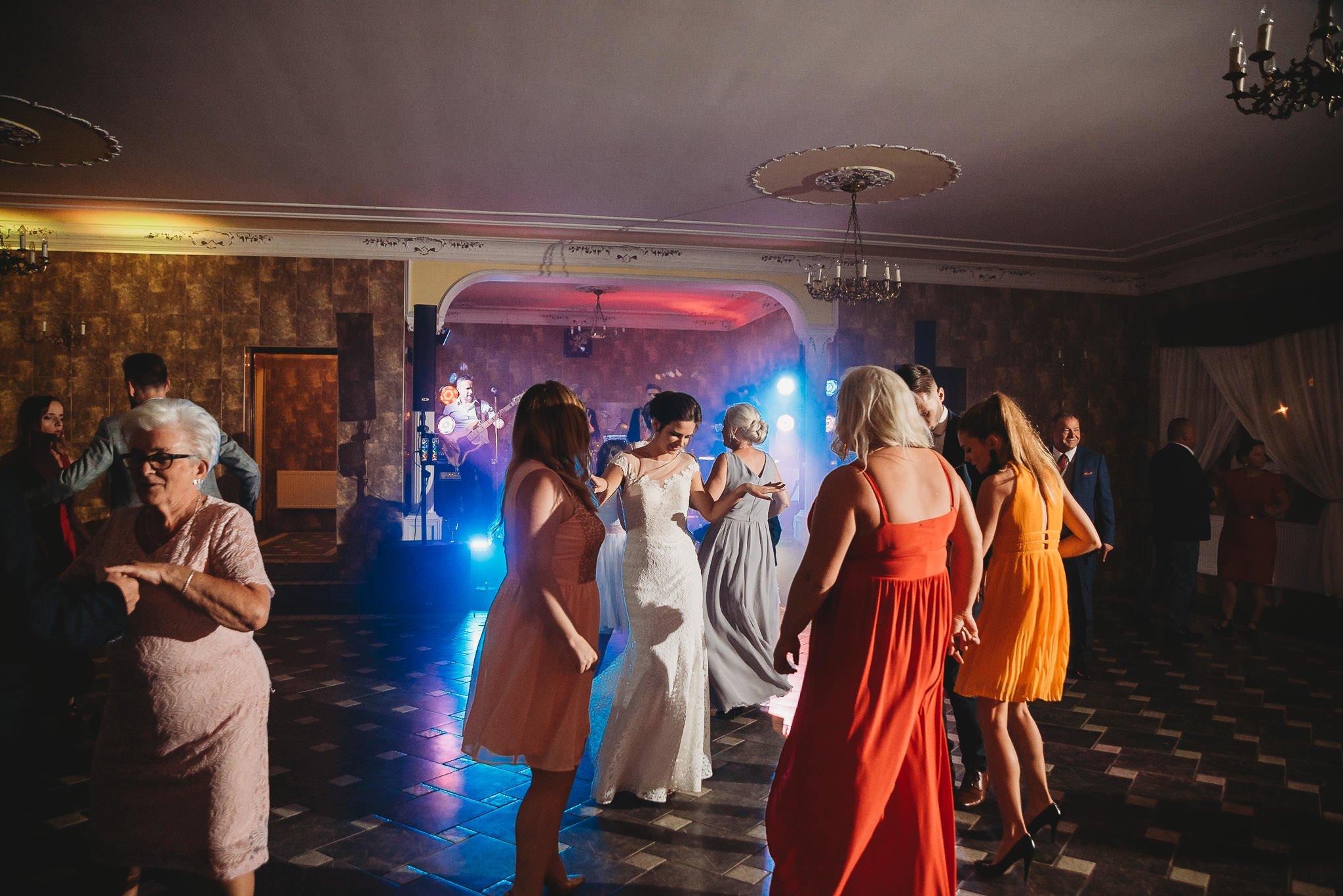 Płacz, łzy, śmiech, szał mieszanka wybuchowych emocji na niezapomnianym ślubie w Jaocinie| fotograf ślubny Konin 542