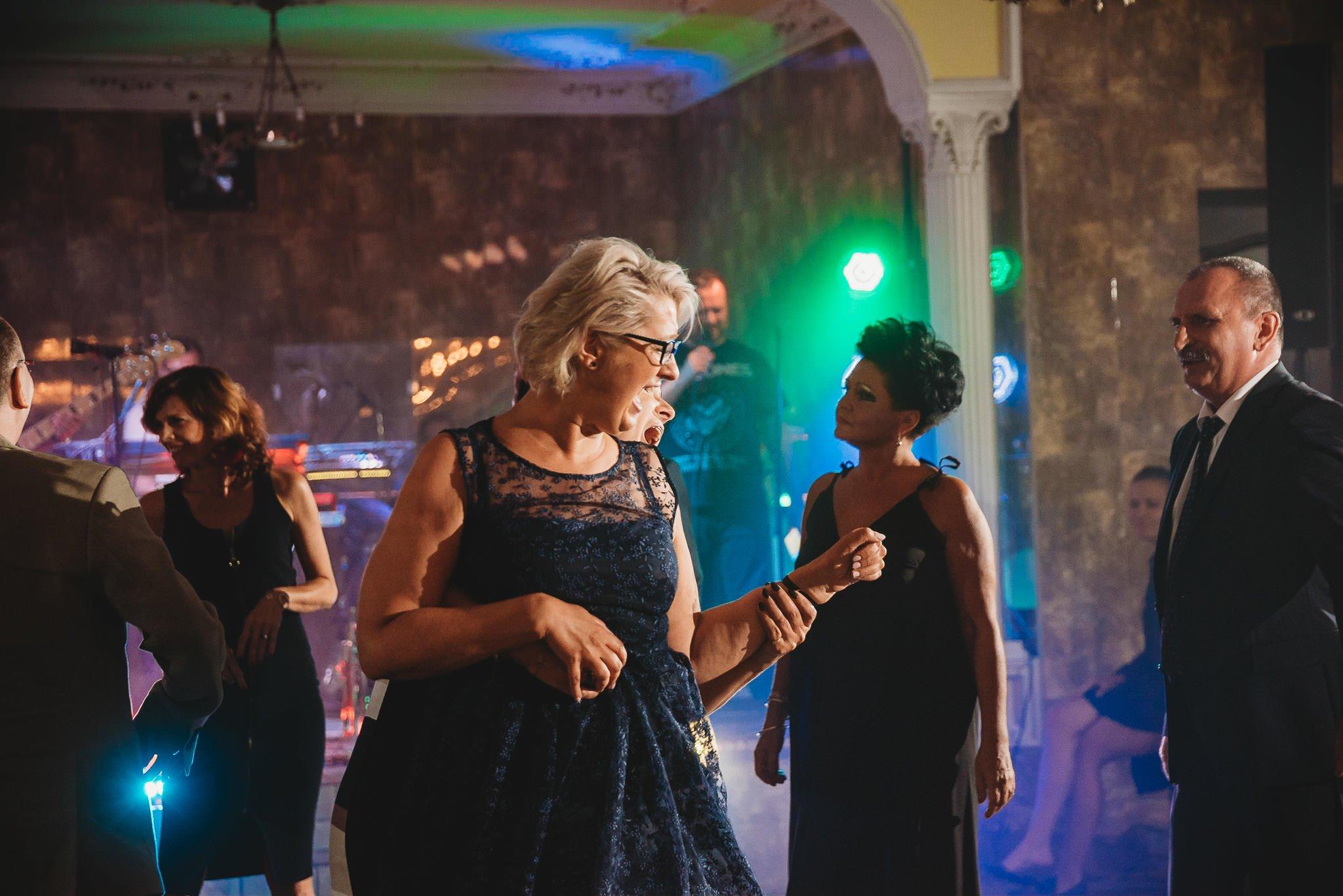 Płacz, łzy, śmiech, szał mieszanka wybuchowych emocji na niezapomnianym ślubie w Jaocinie| fotograf ślubny Konin 546