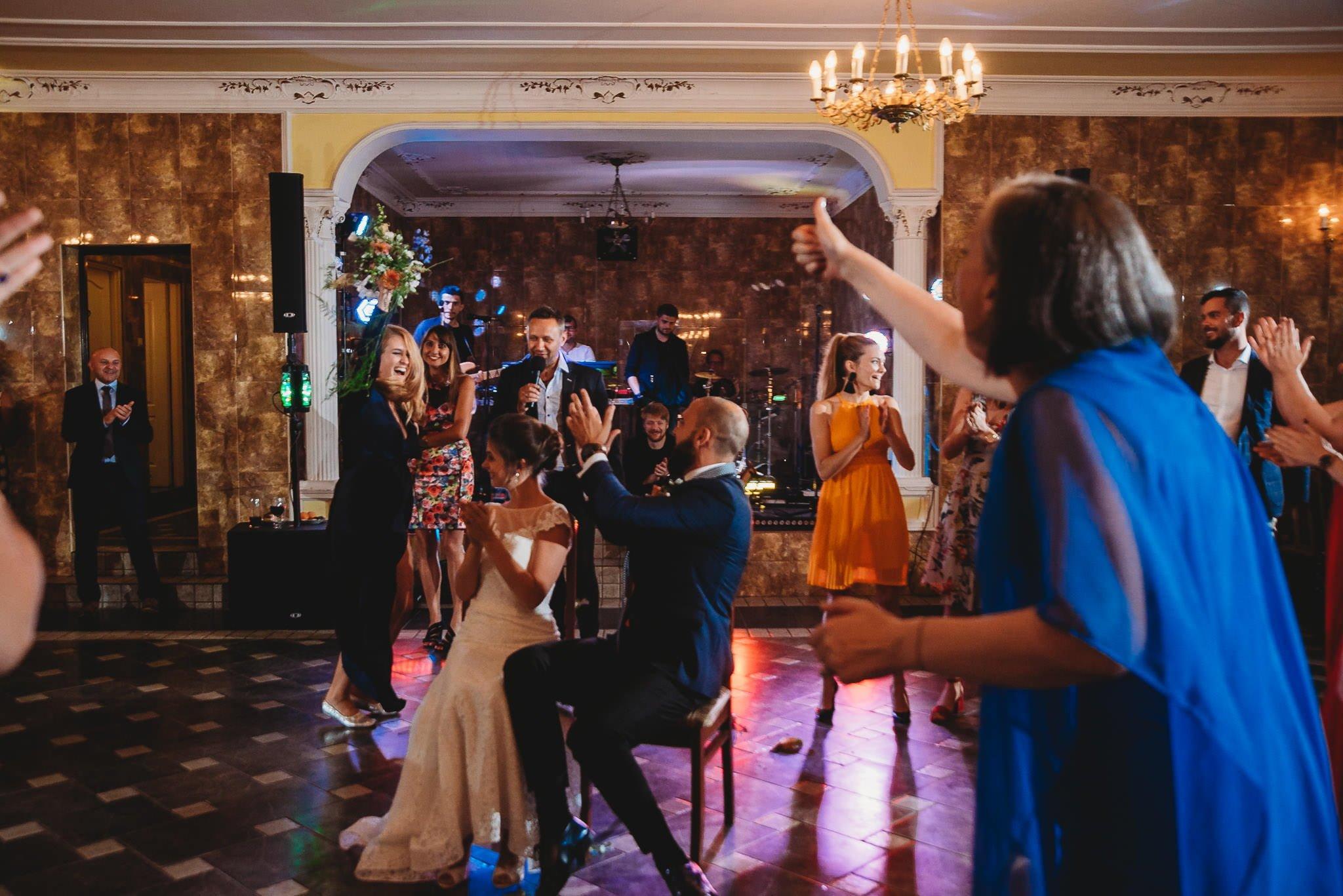 Płacz, łzy, śmiech, szał mieszanka wybuchowych emocji na niezapomnianym ślubie w Jaocinie| fotograf ślubny Konin 584