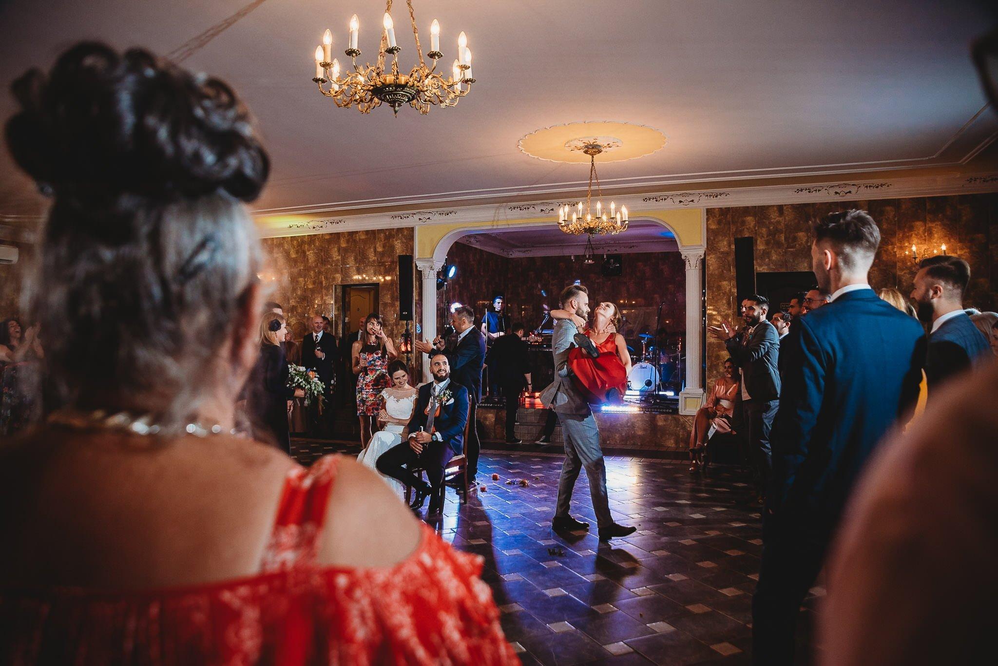 Płacz, łzy, śmiech, szał mieszanka wybuchowych emocji na niezapomnianym ślubie w Jaocinie| fotograf ślubny Konin 586