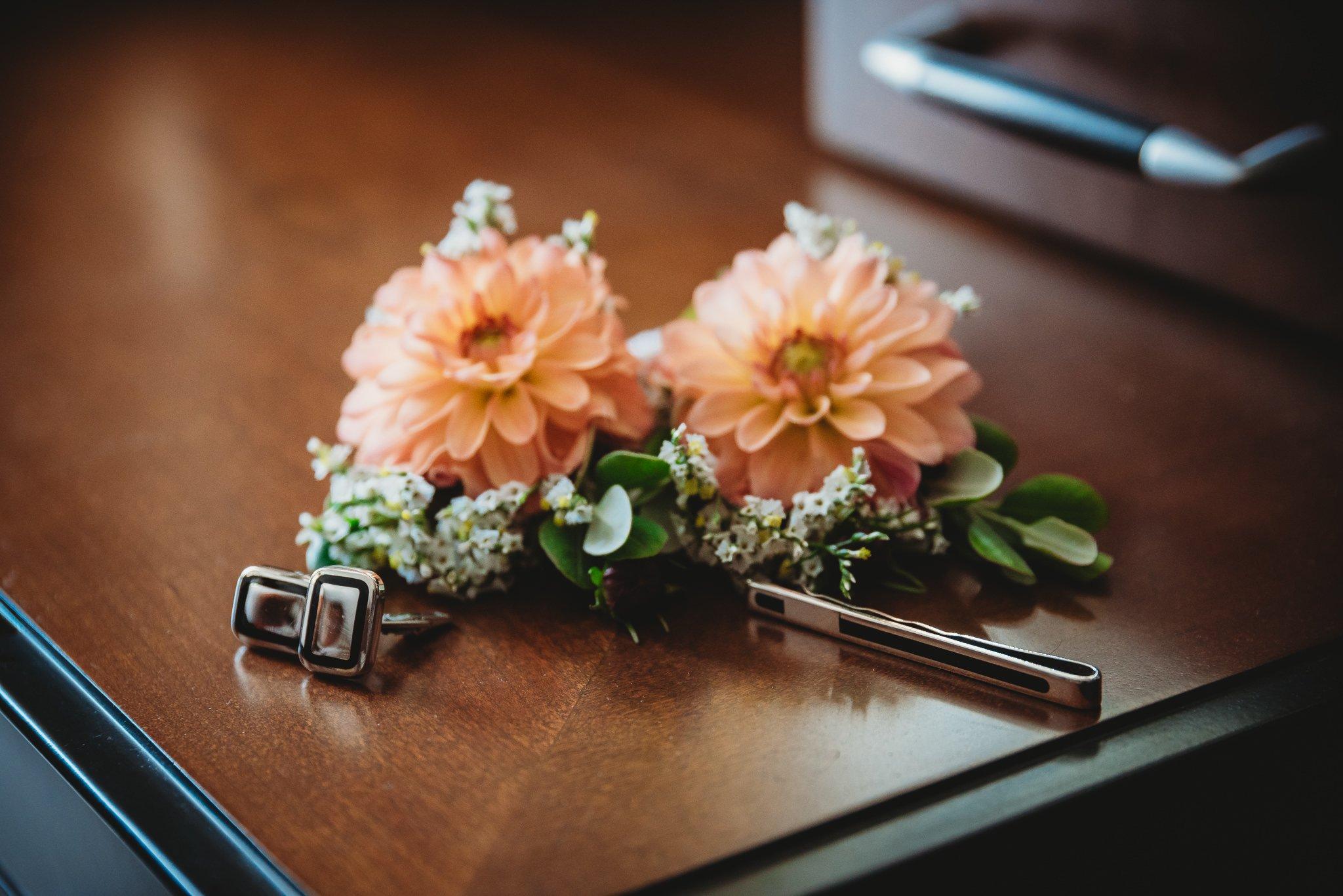przygotowania, detale, kwiaty, spinki,