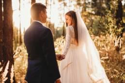 fotograf ślubny konin, sesja plenerowa w lesie w świetle zachodzącego słońca