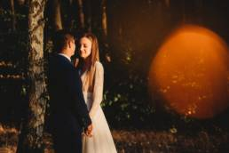 sesja ślubna konin, fotograf ślubny Konin, sesja plenerowa w lesie ze słońcem