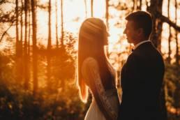 romantyczna fotografia ślubna, sesja ślubna w stylu boho, las, zachód słońca, konin