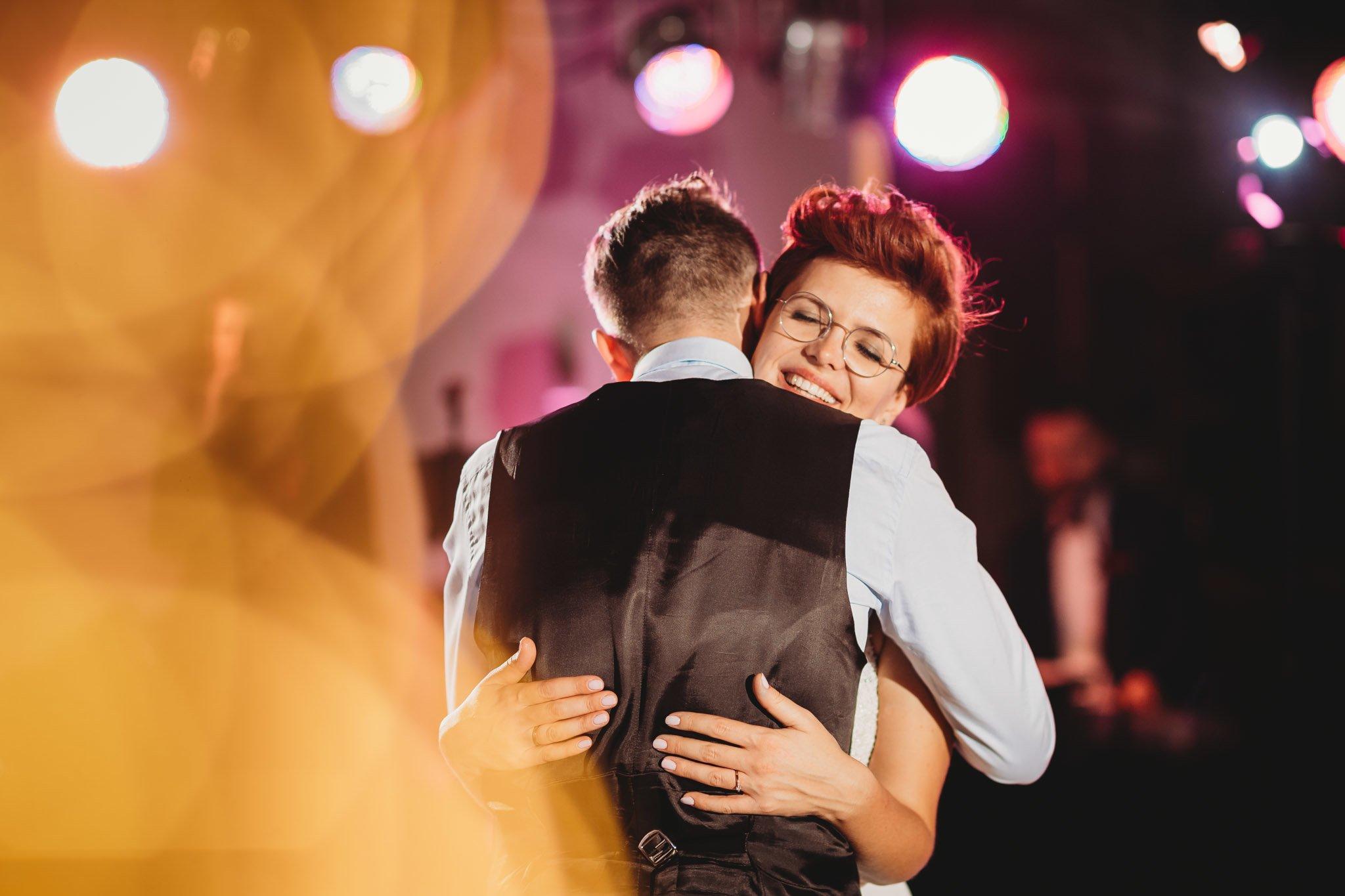 pierwszy taniec, para młoda i fotograf ślubny