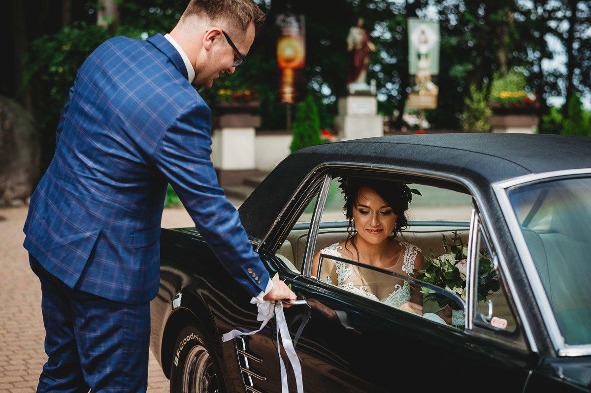 Mustangiem do ślubu! Plener ślubny Asi i Tomka - Kolorowe Jeziorka. 55