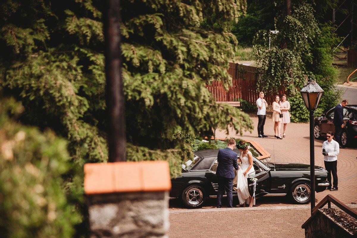 Mustangiem do ślubu! Plener ślubny Asi i Tomka - Kolorowe Jeziorka. 57