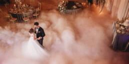 Slubna sesja stylizowana, tańcząca para młoda na parkiecie, pierwszy taniec w chmurach i koprasfoto