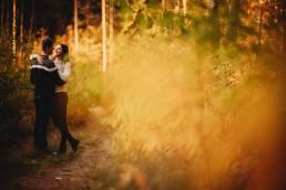 sesja narzeczeńska w piękny słoneczny jesienny dzień, jesienna sesja zdjęciowa dla par